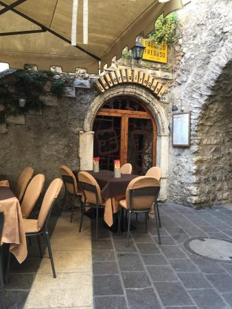 Sitzplätze draussen. Taverna Fregoso 03/2016