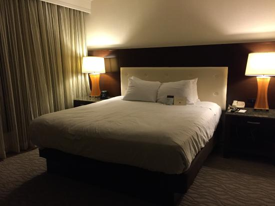DoubleTree by Hilton - Washington DC - Crystal City: Master bedroom- king bed