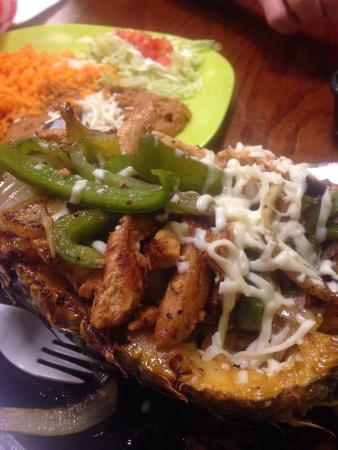 Rocky Point, Carolina del Norte: Fajitas Fundida which is chicken peppers onions on a grilled pineapple. It was tasty