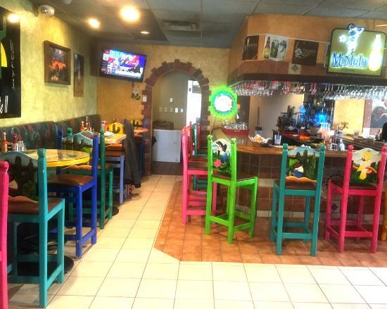 Ashtabula, OH: El Puente Bar area
