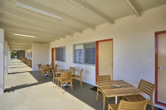 Moore Park Beach, Australia: outdoor settings for each room to enjoy the gentle sea breeze