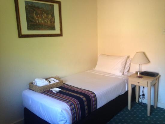 Anderledy Lodge: My single room had a tv, nightstand and light, air con, it was a delight!!