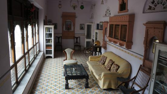 Hotel Kishan Palace : We lived in 2 rooms attached to this cosy living room :-)