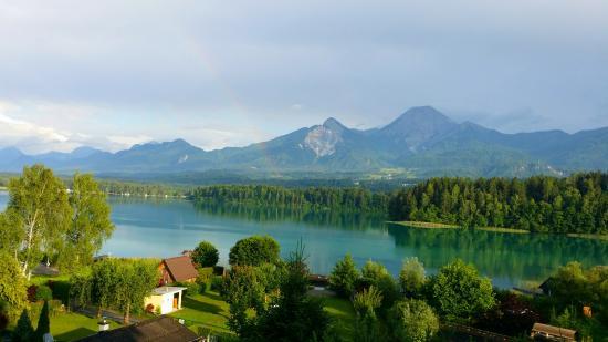 Drobollach am Faakersee, Áustria: Faaker See, Gartenanlage und Strand Hotel Ressmann