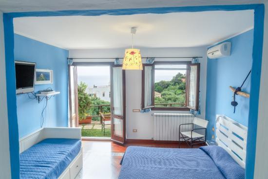 Interno casa vista mare foto di hotel clelia ustica for Case di mare interni