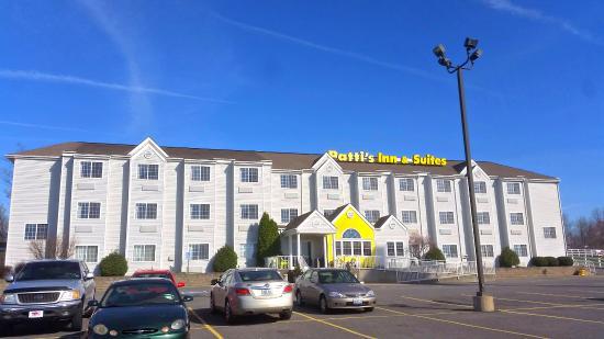 Patti's Inn & Suites: Well maintained buildings and grounds.