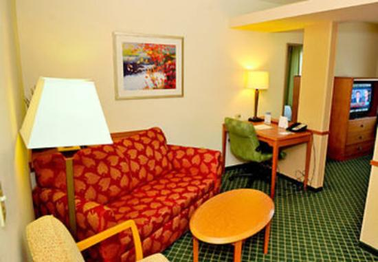 Fairfield Inn & Suites Elizabethtown : Suite Sitting Area