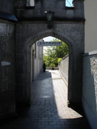 Virginia, Irland: The entrance is at the side of the old church