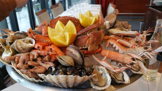 Plateau de fruits de mer mini picture of la taverne de la marine rennes tripadvisor - Decoration plateau fruit de mer ...
