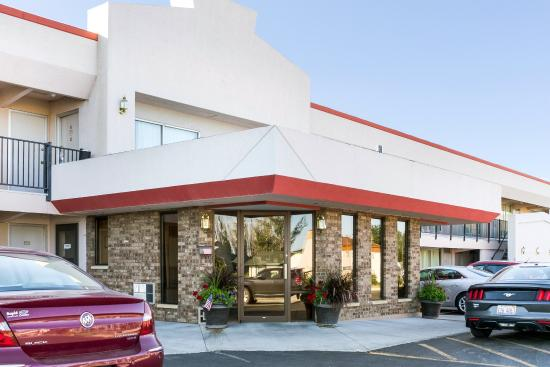 Econo Lodge Wall: Exterior