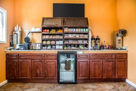 Econo Lodge and Suites North Syracuse: Breakfast Area