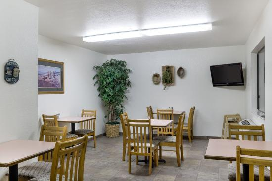 Econo Lodge Mt. Rushmore Memorial: Breakfast Seating