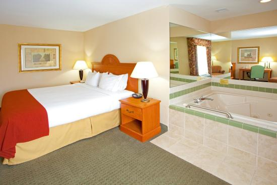 Mineral Wells, WV: Enjoy your relaxing stay in one of our whirlpool suites