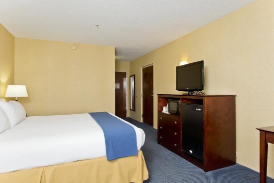 Stephens City, VA: King Bed Guest Room with Microwave and Refrigerator