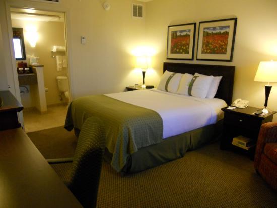 Hazlet, NJ: Queen Bed Guest Room