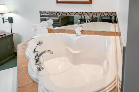 Comfort Inn Suites Ious Suite With Whirlpool Bathtub