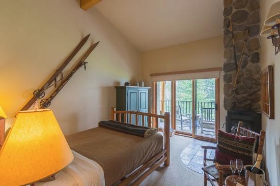 Moraine Lake Lodge: View of the room.