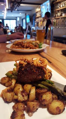 Rochester, Nueva Hampshire: Aged NY sirloin with potatoes and grilled asparagus. Medium rare, and cooked to perfection.