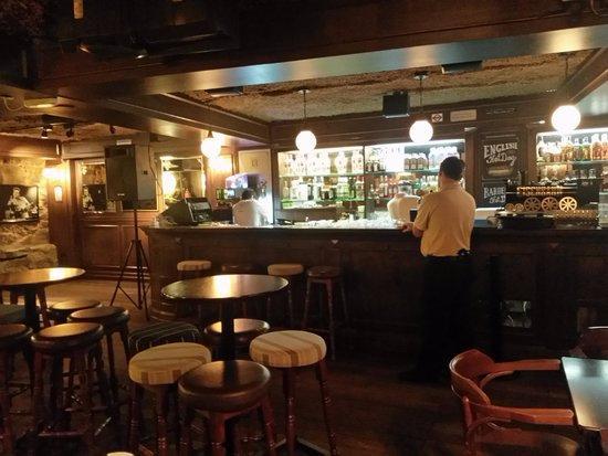 The Basement English Pub: Bar Temático Inglês Muito Bonito E Bem Decorado.  Eles Tem