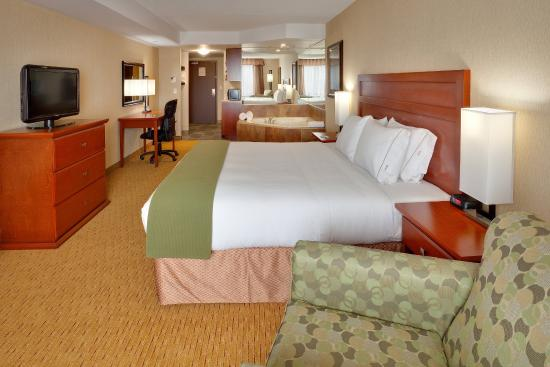Holiday Inn Express Hotel & Suites Clarington - Bowmanville: Jacuzzi Suite