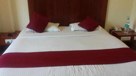 Hotel KVC International: Bed in the room