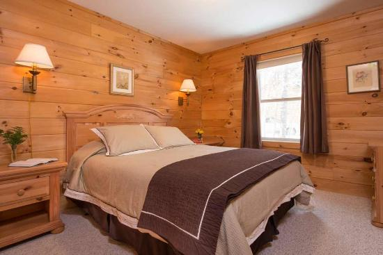 Sterling Ridge Resort: Master bedroom with queen size bed.