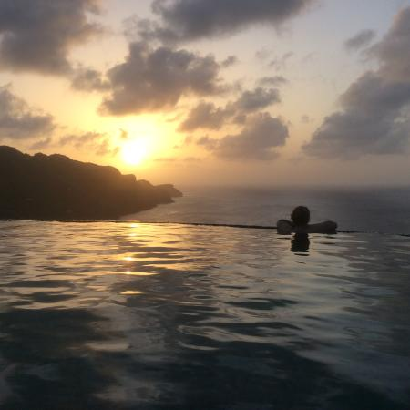 Richmond, Bequia: Enjoying sunset from the infinity pool