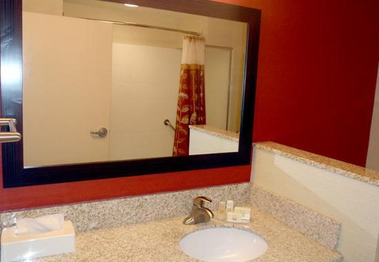 Courtyard Warner Robins: Suite Bathroom
