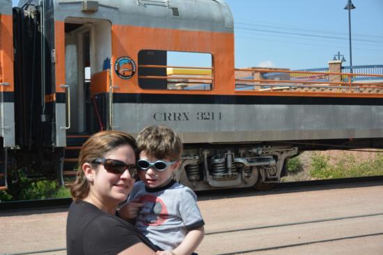 Royal Gorge Route Railroad: Na área de espera pra embarcar... mto sol.... :(