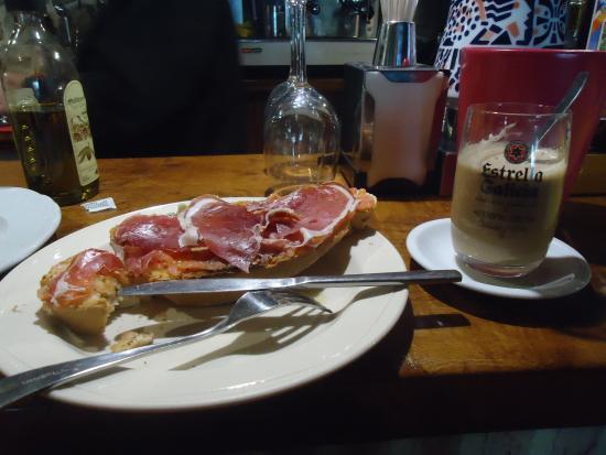 Camasobres, España: Desayuno en la barra del bar :-)
