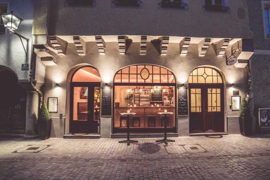 Bohemian Hotel: Außenfassade bei Nacht