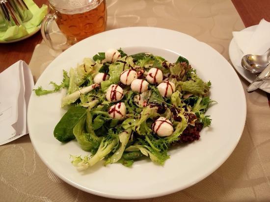 Hotel Color: Salat mit Käse, Rosinen und Nüssen