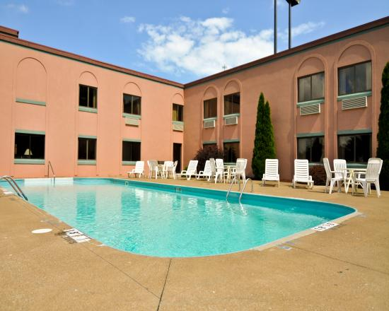 Magnuson Hotel Sandusky: Outdoor Pool
