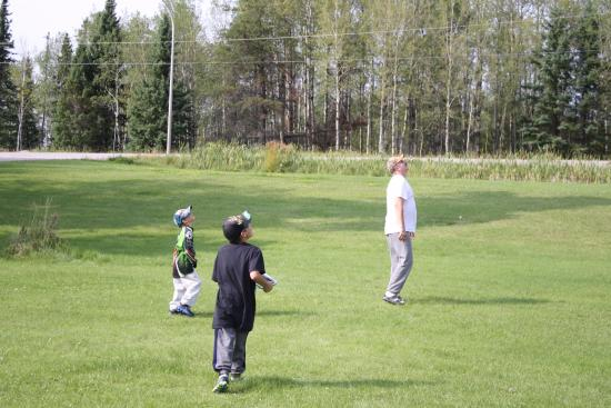 Dryden, Canada: Large area to play .There is horse shoes also.