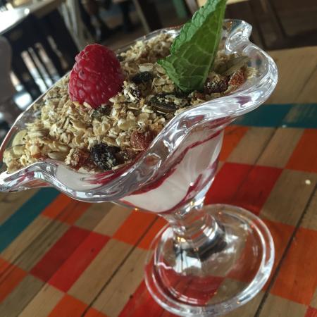Newenden, UK: Homemade granola, fruit compote & Greek yoghurt
