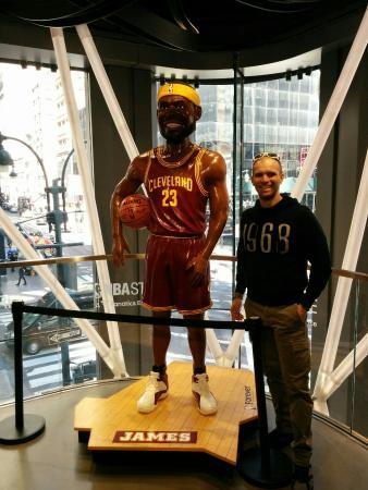 a99f0232d336 Maillot et ballon dédicacés de LeBron James - Bilde av NBA Store i ...