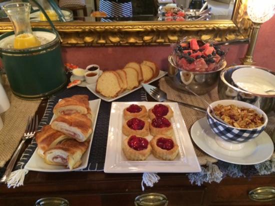 Sherburne Inn: Breakfast greets you each morning