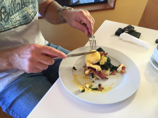 Waikokopu Cafe: Eggs Benedict