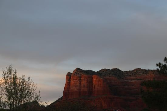 The Views Inn Sedona: View from room at dusk