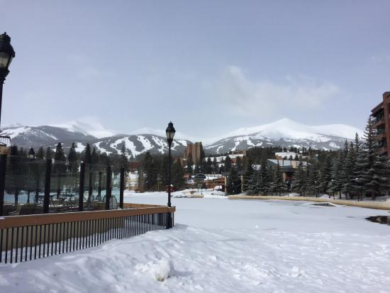 Marriott's Mountain Valley Lodge at Breckenridge: Heated pool on the left.