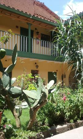 Amaru Hostal: Courtyard - exotic plants, tables and chairs, free coca tea (helps with altitude)
