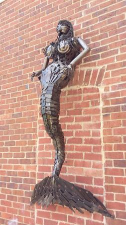 Chiltern, Australia: Interesting sculpture on the wall of the Hub62 Cafe.