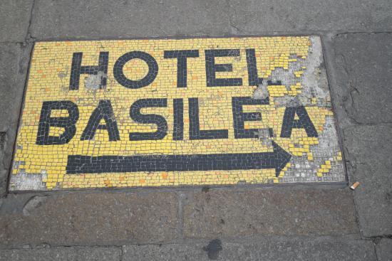 Hotel Basilea: Insegna in mosaico fuori dalla stazione ferroviaria Santa Lucia
