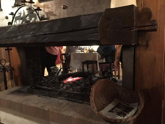Hotel Neige et Roc : The fireplace at the dinning room ... cosy
