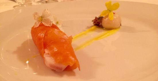 Baronissi, Itálie: salmone norvegese ripieno di baccalà con coriandoli di verdurine croccanti e seppiolina del Tirr