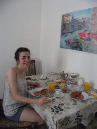 B&B Cristina : Our breakfast table in the corner of our lovely room! :-)