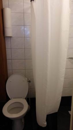Dit is de volledige badkamer: een toilet met vlak ernaast de douche ...