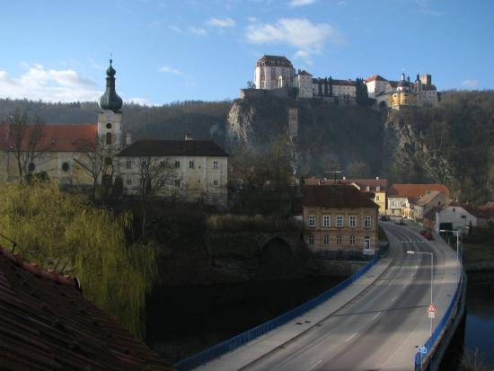 Vranov nad Dyji, República Checa: view from our room - church, bridge over river Dyje, castle Vranov