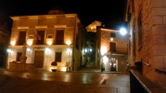 Rural Hotel Restaurant La Fasana : El hotel es el edificio a la derecha de la imagen