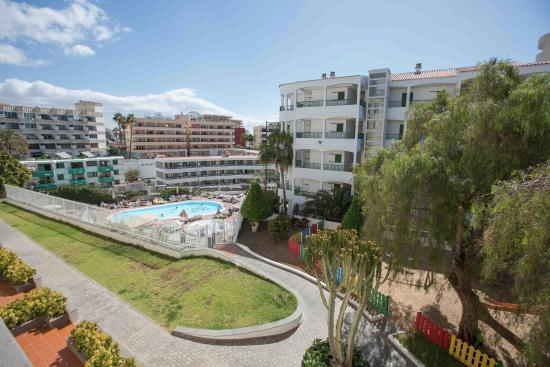 Apartamentos Dorotea: Balcony view to pool and garden